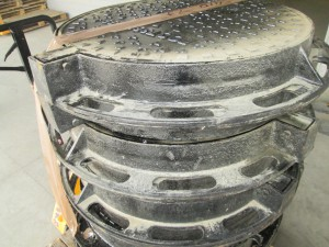 Произведена отгрузка люков канализационных тяжелых на шарнире в город Кемерово.